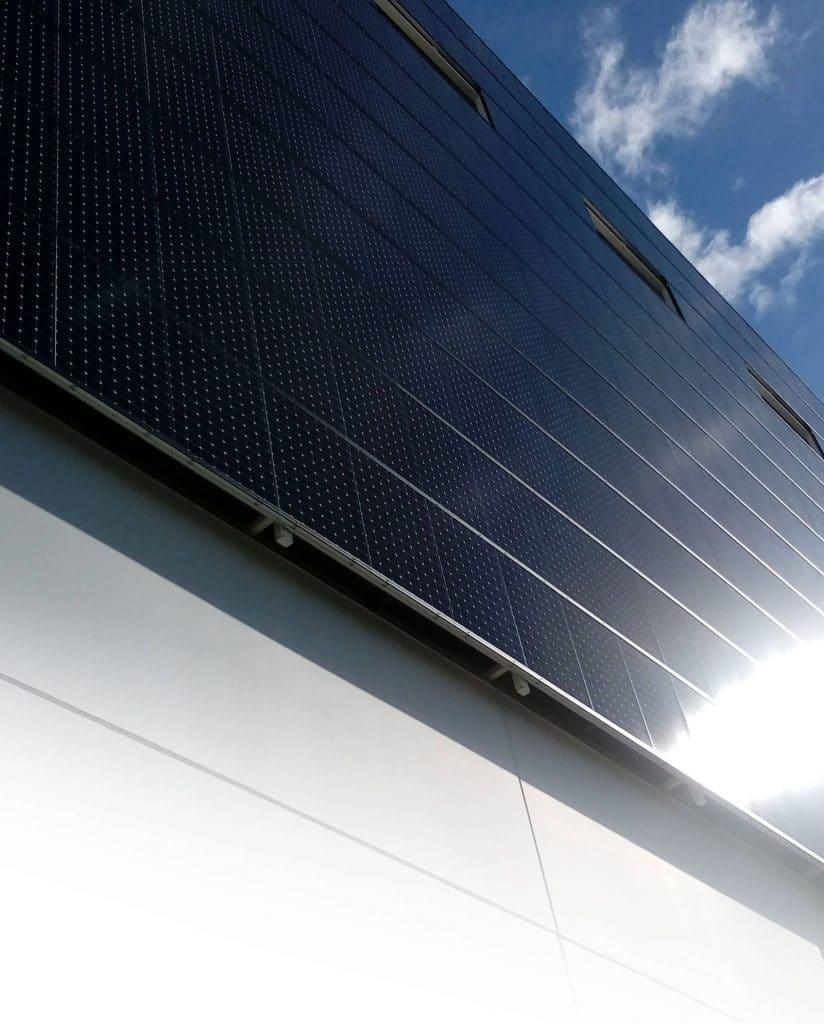 facana amb plaques solars