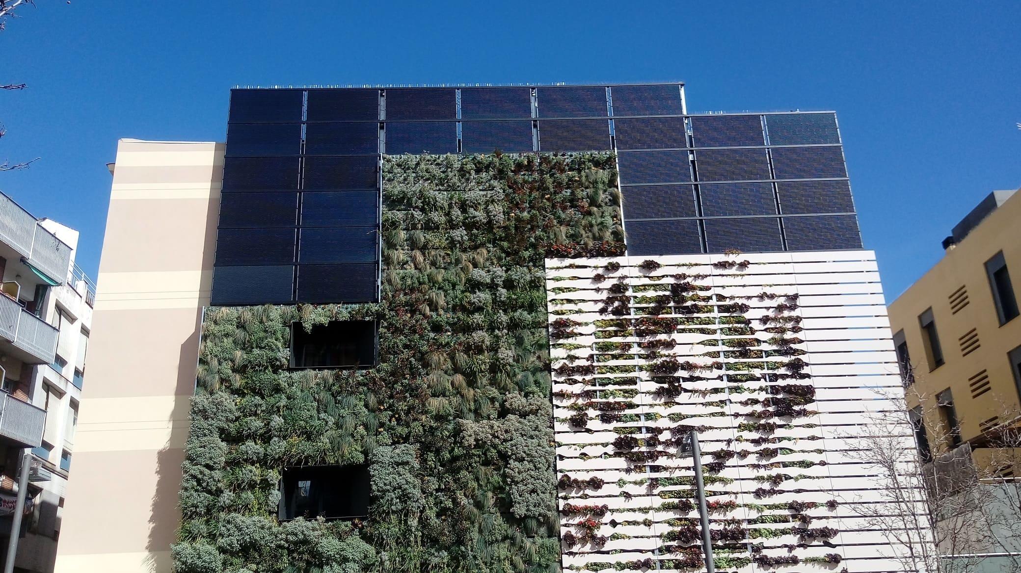 Photovoltaic installation integrated into the facade