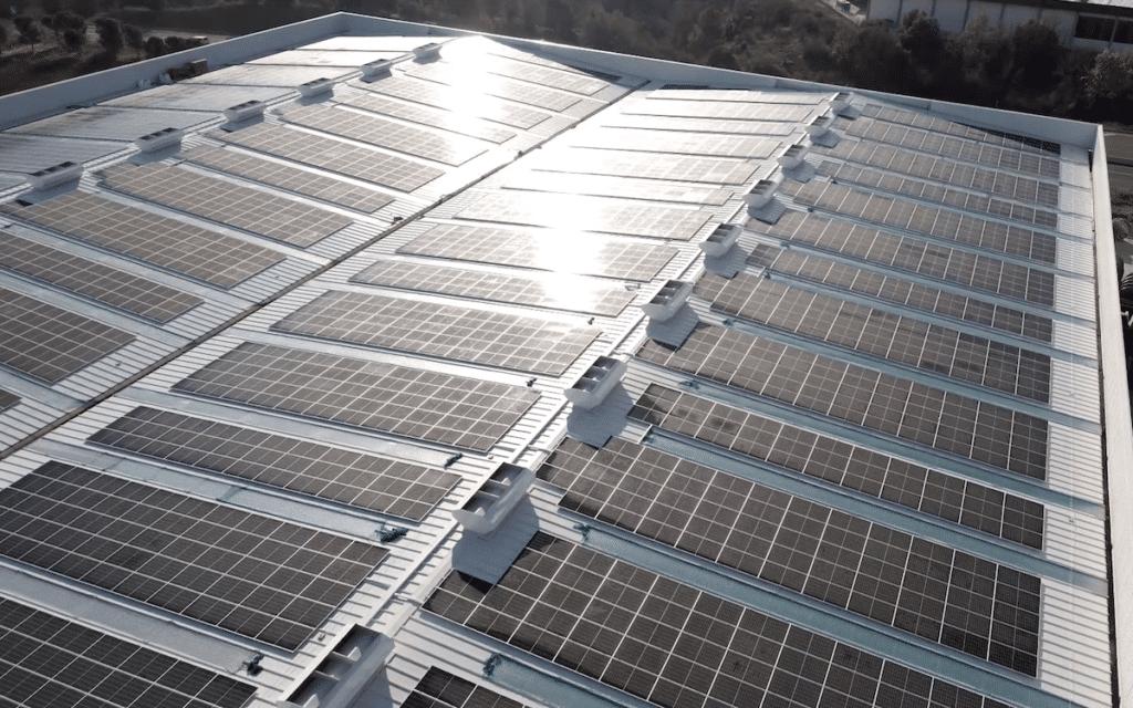 Aquesta imatge té l'atribut alt buit; el seu nom és Instalacion-fotovoltaica-Sallent-Sud-renovables-1024x640.png